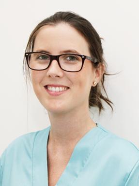 Odontóloga en la clínica dental Aixerrota.  Cirugía e implantes dentales