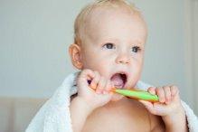 bebe con su primer cepillo de dientes apropiado para su edad