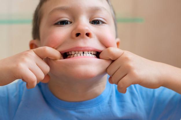 bebe-estira-boca-muestra-dientes_73683-489